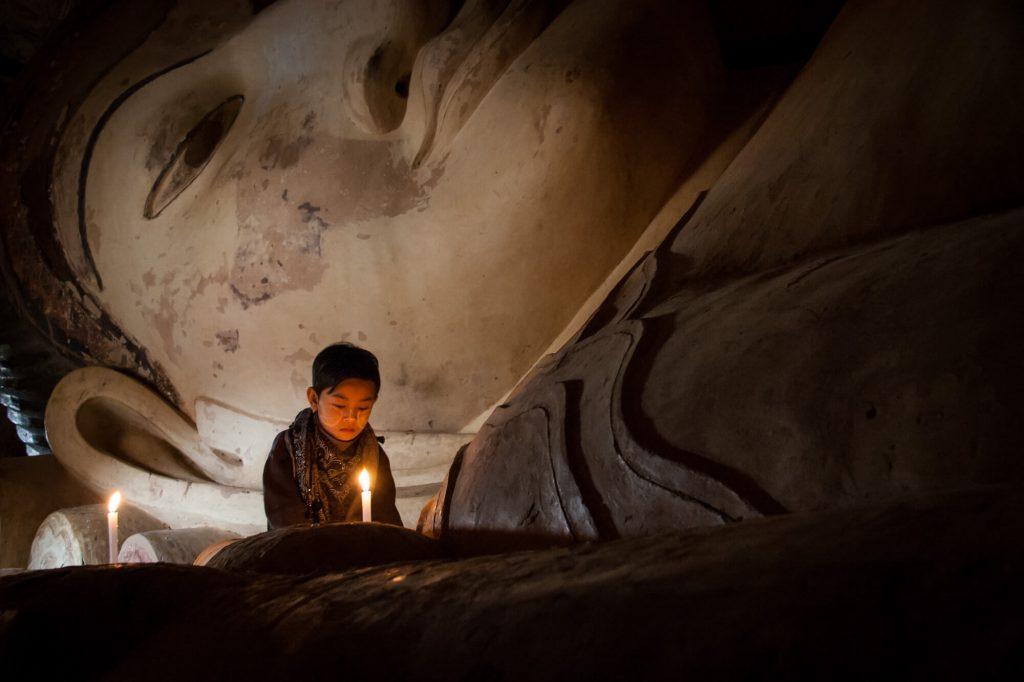 Pray boy, Burma - Travel photographer